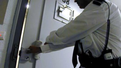 cel-deur-gevang-bewaker