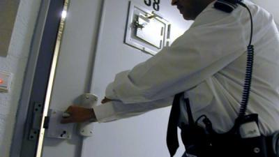 Foto van celdeur met bewaarder   EHF