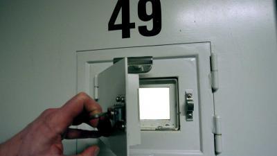 celdeur-gevangenis-kijkluikje
