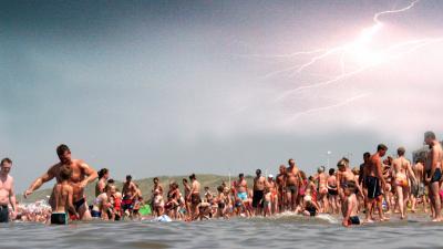 Het KNMI geeft zaterdag een dubbele waarschuwing onweer