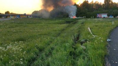 Auto wegpiraat slaat 10x over de kop en vliegt in brand
