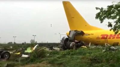 Vrachtvliegtuig schiet door tijdens landing en komt op snelweg