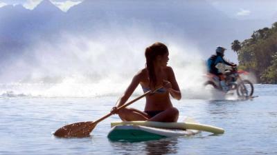 'Maddo' rijdt met crossmotor als ware surfheld over de hoogste golven