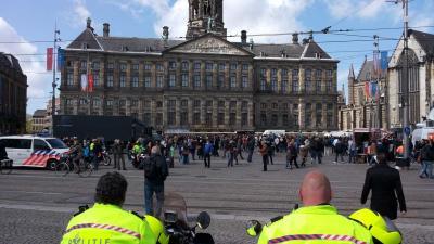 foto van lange rijen Dam Nieuwe Kerk   Annet van den Berg
