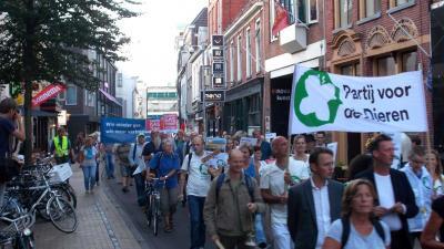 Noodklokken geluid in optocht door Groningse binnenstad tegen gaswinning