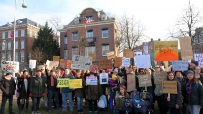 Demonstratie tegen Trump op Museumplein bij Amerikaans Consulaat