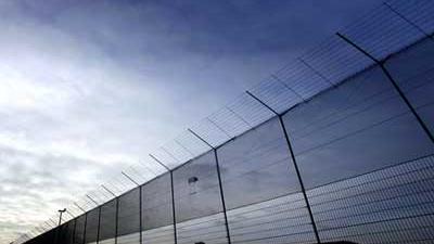 Foto van hek rond detentie-inrichting   Archief EHF