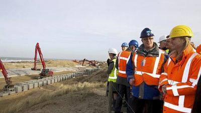 Foto van de aanleg van de zeedijk en parkeergarage | Min. van Infrastructuur en Milieu