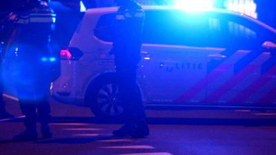 Auto over de kop na achtervolging, agenten trekken bestuurder onder auto weg