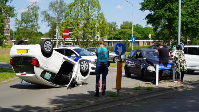 Auto ligt op zijn kop na aanrijding
