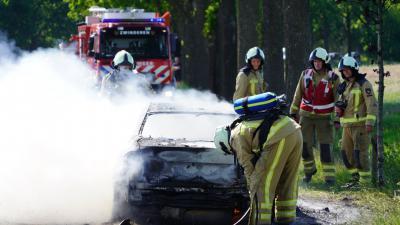 Brandweer blust laatste resten van auto