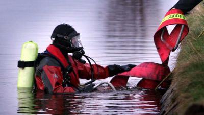 Automobilist overleden na auto te water, reddende getuige nog vermist