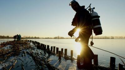 Brandweerduikers redden verwarde man die door ijs is gezakt in Almere