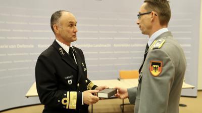 Viceadmiraal Arie Jan de Waard (links) zette namens Defensie de handtekening.