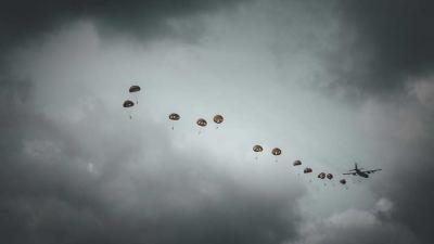 Airborne herdenking met paradroppings in Ede trekt veel bezoekers