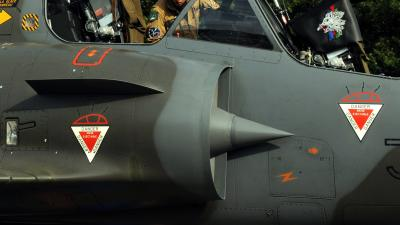 F-16 belandt tijdens het taxiën naast de baan