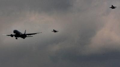 Foto van 2 F-16's die vliegtuig onderscheppen | Archief EHF