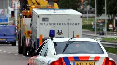 Foto van Brink's geldtransport en politieauto   Archief EHF