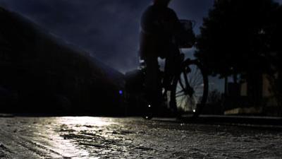 Foto van vrouw op fiets in donker | Archief EHF