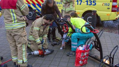 Meisje vast met been in fietsrek