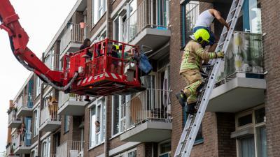 Brandweer redt mensen van balkon