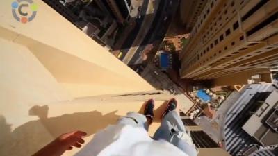 Sterk staaltje freerunnersstyle, van plateau naar plateau op 43 verdiepingen hoogte