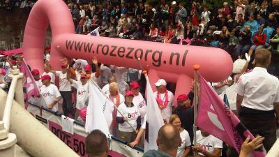 Roze 75+ boot: 'Wij zijn Ou(d)t & Proud.'