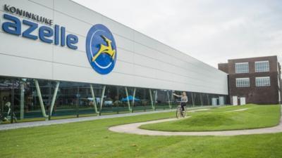 Koning opent met rit op de E-bike of the Future nieuwe Gazelle fabriek