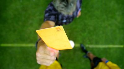 Foto van scheidsrechter gele kaart   Archief EHF