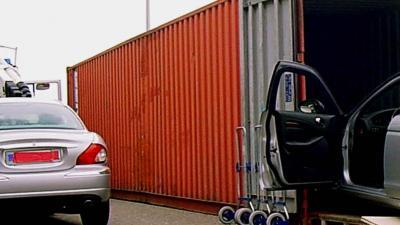 Politie onderzoekt uitvoer gestolen personenauto's