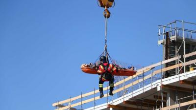Man gewond van dak gehaald na ruzie met collega