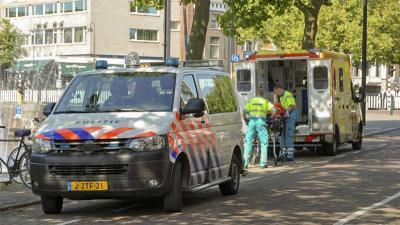 Na de aanrijding wist het slachtoffers nog te vluchten naar de Oosthavenkade waar hij niet meer verder kon door zijn opgelopen verwondingen. Een ambulance kwam met spoed ter plaatse en heeft de man overgebracht naar het ziekenhuis.   Ruzie  De inzittende
