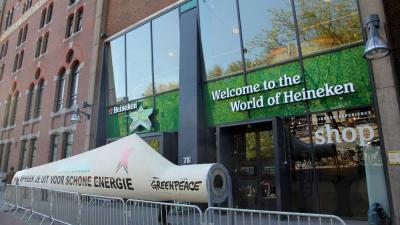 Foto van molenwiek bij Heineken actie Greenpeace   BON