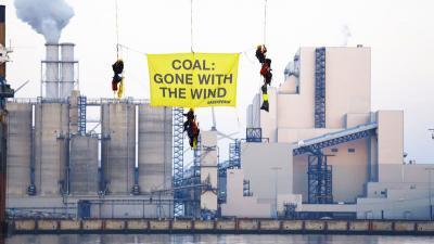 Activisten van Greenpeace stoppen Russisch kolenschip voor Eemshaven