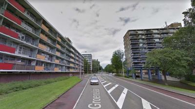 Auto bekogeld vanaf flat met wijnfles in Amstelveen