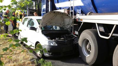 Automobiliste botst met tankwagen