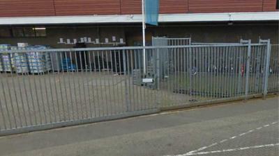 Foto van hek supermarkt Tilburg | Google