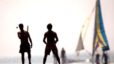 Foto van badgasten op het strand   Archief EHF