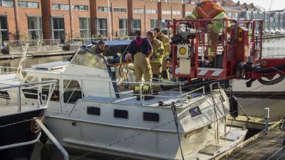 Foto van hoogwerkers brandweer bij boot | Flashphoto | www.flashphoto.nl