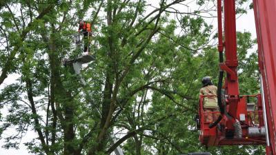 Brandweer redt personen uit defecte hoogwerker