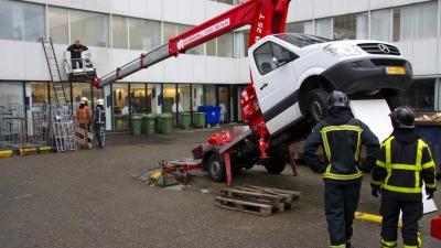 Foto van man in bakje gekantelde hoogwerker | Flashphoto | www.flashphoto.nl