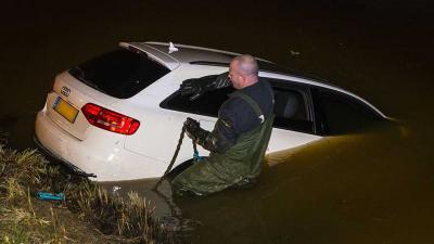 Automobilist belandt in Rosmalen in ijskoude sloot