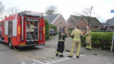 Brandweer overlegt tijdens blussen