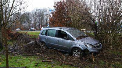 Auto zorgt voor ravage in tuin woonhuis