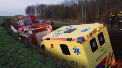brandweerwagen en ambulance in de sloot