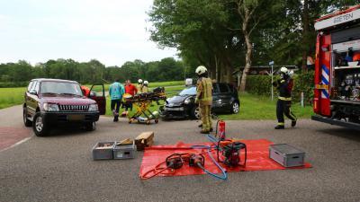 Hulpverleners helpen bij ongeval