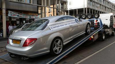 Politie waarschuwt met spandoek op in beslag genomen auto (nieuwe) criminelen
