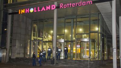 Foto van politie bij InHolland school Rotterdam | Flashphoto | www.flashphoto.nl