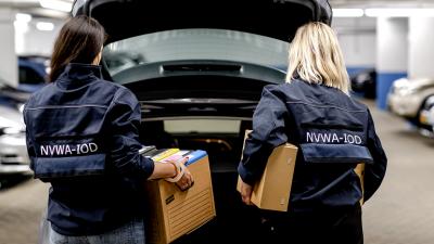In beslag genomen dozen in auto laden