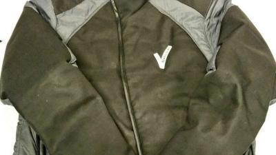 Politie Rotterdam pakt winterjas af van zwerver om V-logo